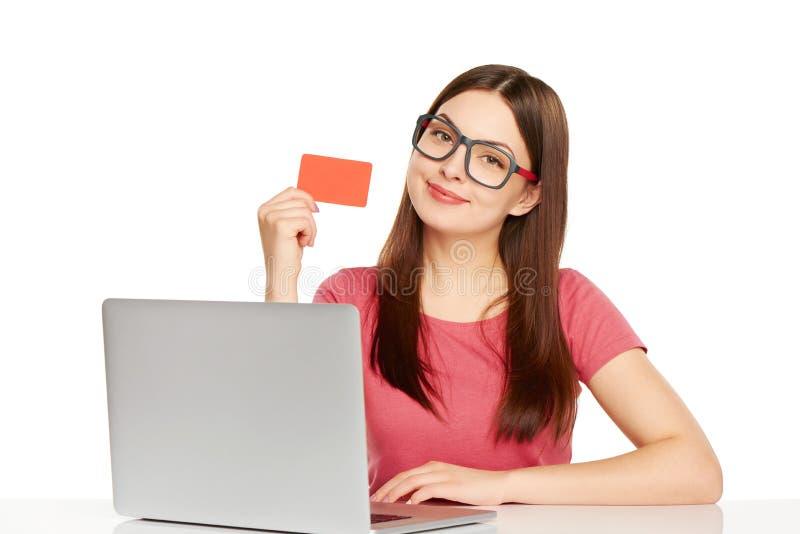 Uśmiechnięty bizneswoman z laptopem i kredytową kartą zdjęcie royalty free