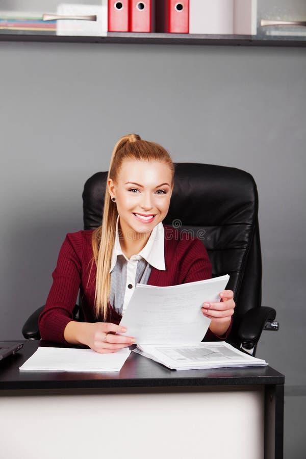 Uśmiechnięty bizneswoman z papierem w biurze zdjęcie royalty free