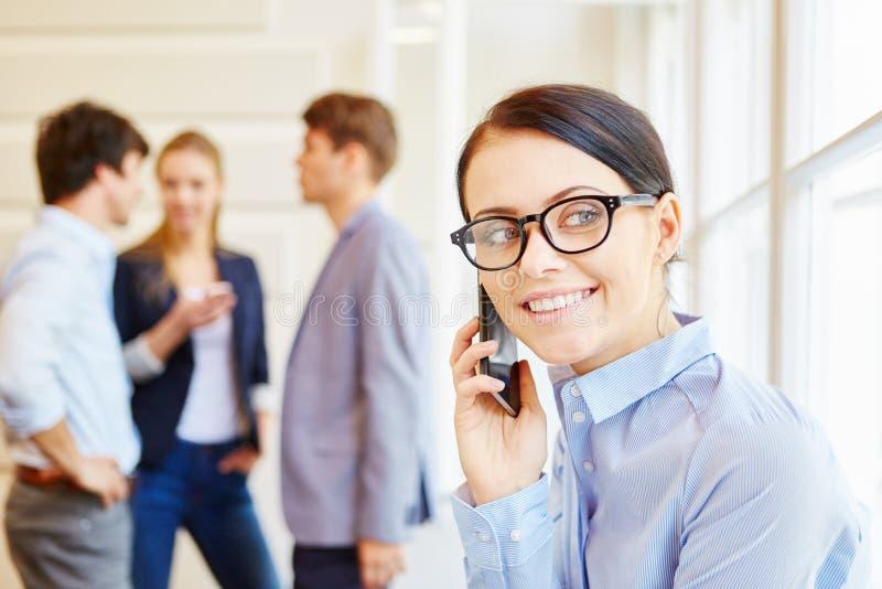 Uśmiechnięty bizneswoman z telefonem komórkowym zdjęcia stock