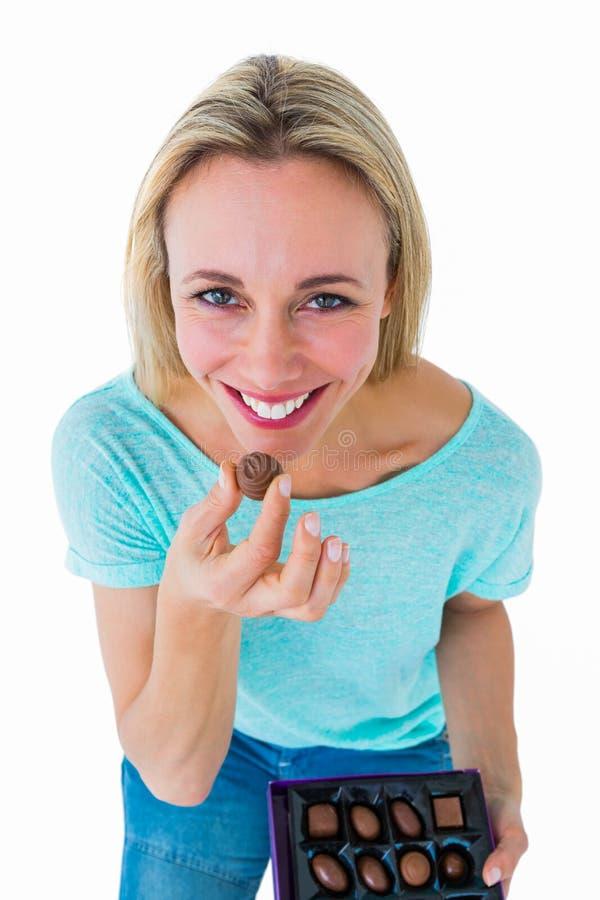 Uśmiechnięty blondynki mienia pudełko czekolady zdjęcie royalty free