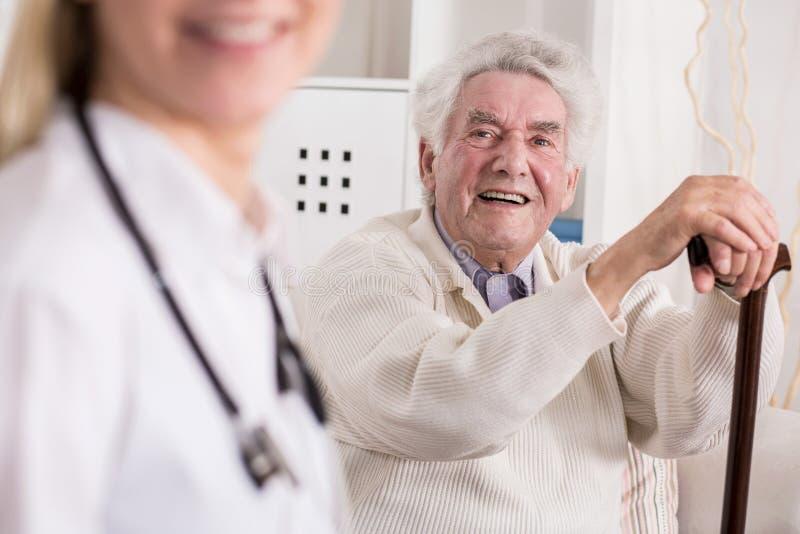Uśmiechnięty bogaty stary człowiek fotografia royalty free