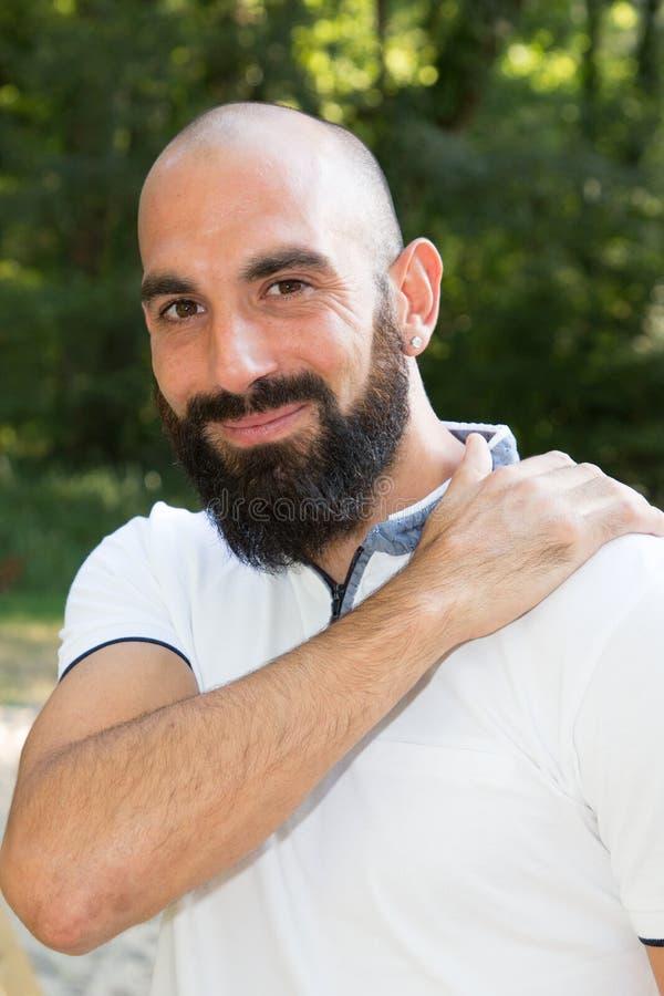 Uśmiechnięty broda mężczyzna na parku w lecie zdjęcie royalty free