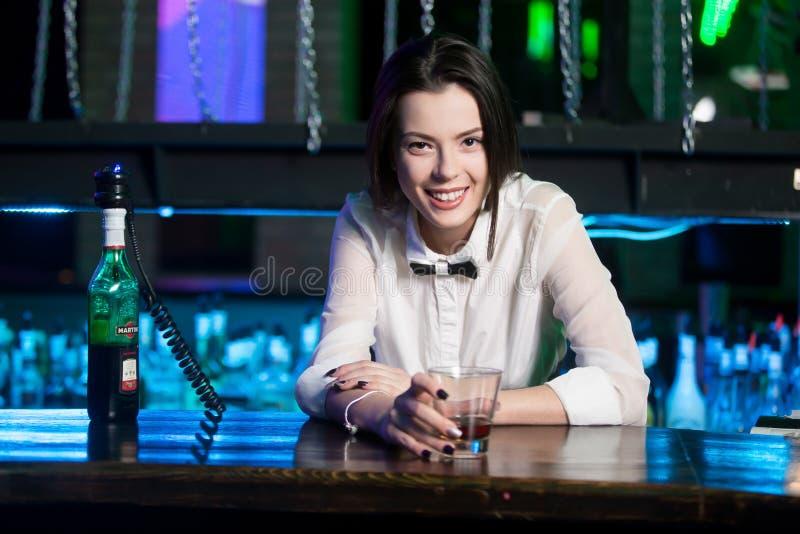 Uśmiechnięty brunetka barman przy klubem nocnym obrazy royalty free