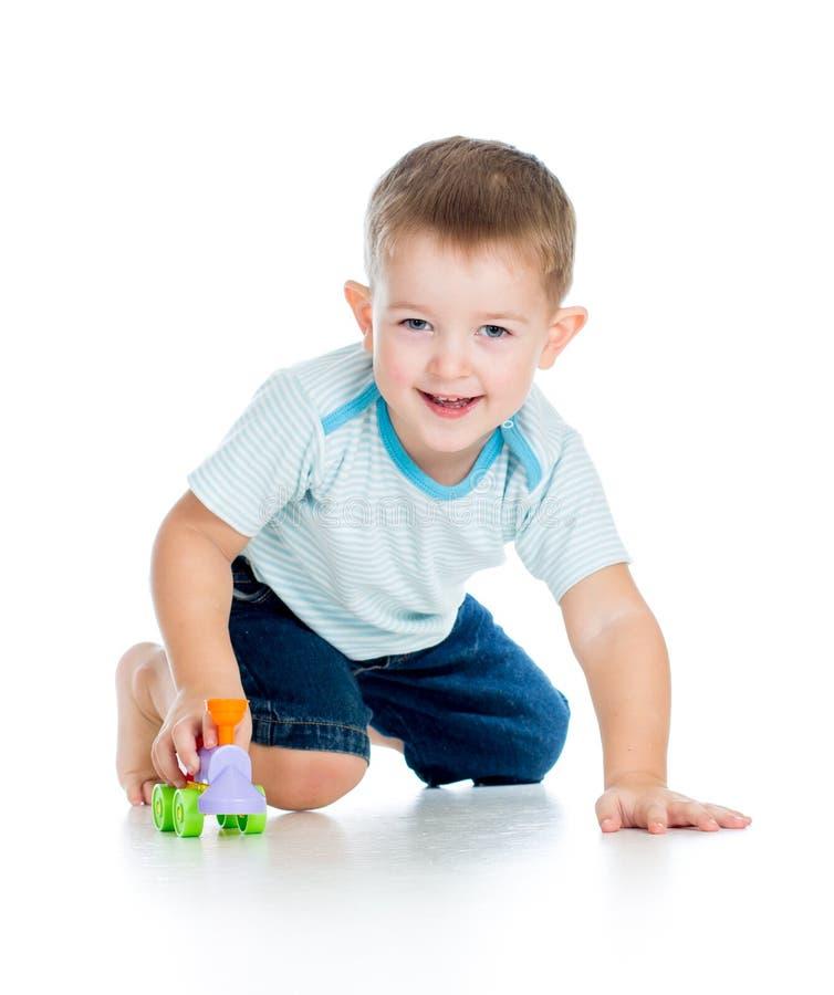 Uśmiechnięty chłopiec dzieciak bawić się z zabawką zdjęcia stock