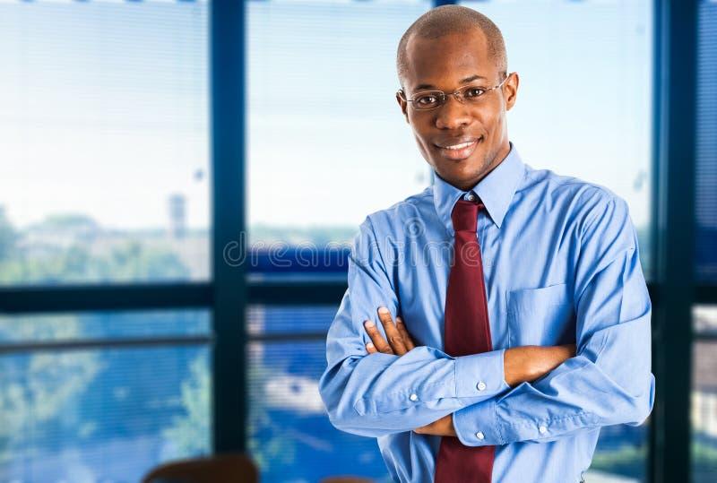 Uśmiechnięty czarny biznesowego mężczyzna portret zdjęcie stock