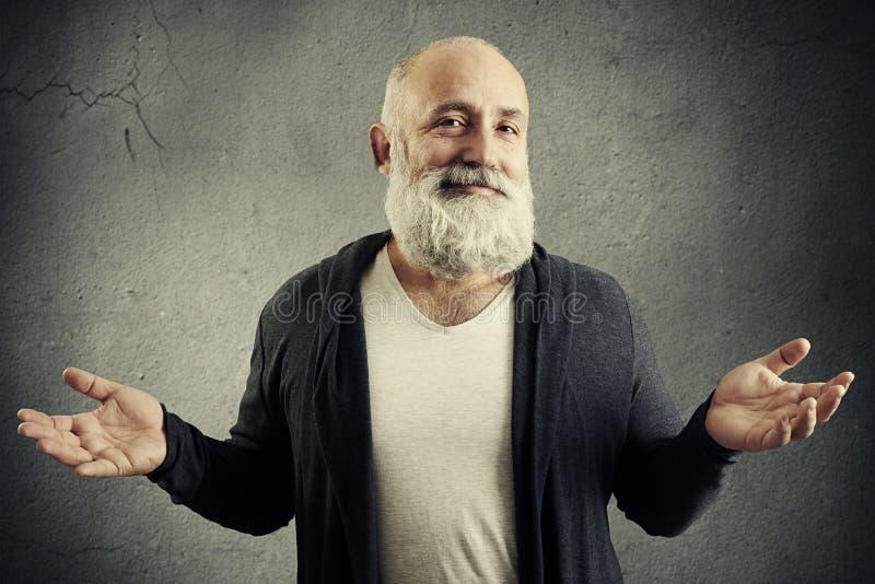 Uśmiechnięty dobrotliwy mężczyzna patrzeje w kamerę fotografia stock