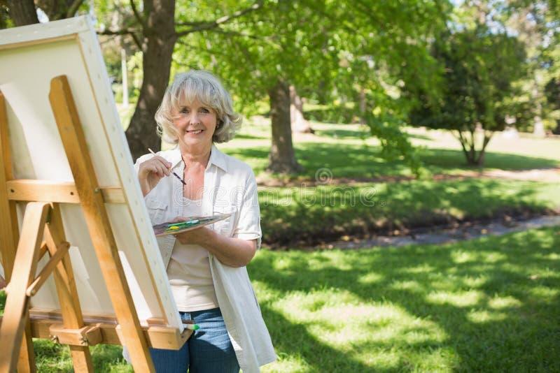 Uśmiechnięty dojrzały kobieta obraz w parku obrazy stock