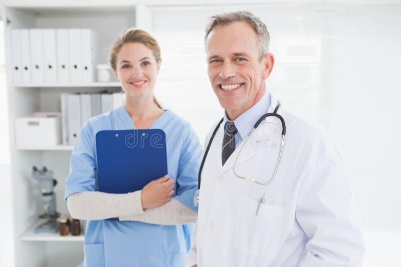 Uśmiechnięty doktorski patrzejący kamerę zdjęcie stock
