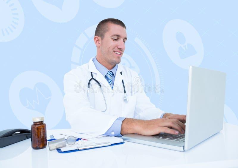 Uśmiechnięty doktorski używa laptop przy biurkiem obraz royalty free