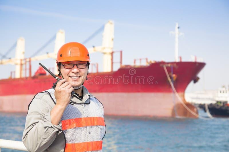 Uśmiechnięty doku pracownika mienia radio fotografia stock