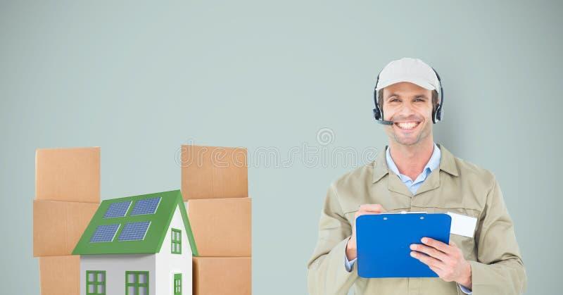 Uśmiechnięty doręczeniowego mężczyzna mienia schowek domem i pakuneczkami zdjęcia stock