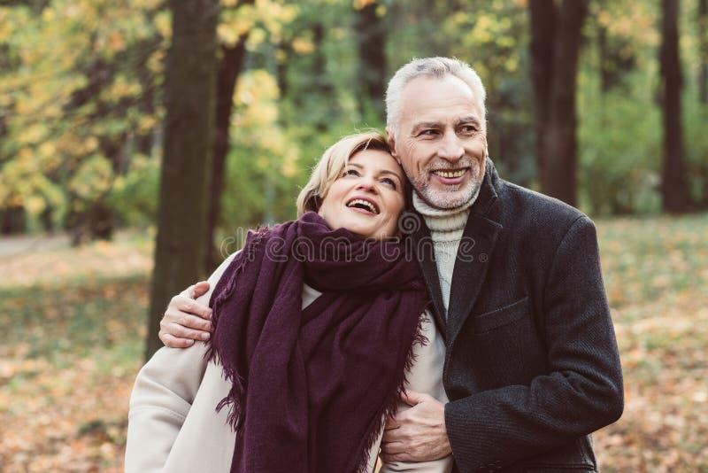 Uśmiechnięty dorośleć pary w parku fotografia stock