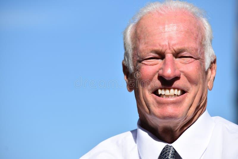 Uśmiechnięty Dorosły Starszy Biznesowy mężczyzna Jest ubranym krawat Odizolowywającego fotografia royalty free