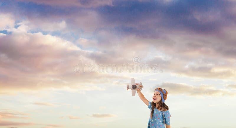 Uśmiechnięty dzieciak marzy zostać pilotem, przyszłego pokolenia pojęcie zdjęcia stock