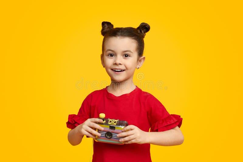 Uśmiechnięty dzieciak z fotografii kamerą obraz royalty free