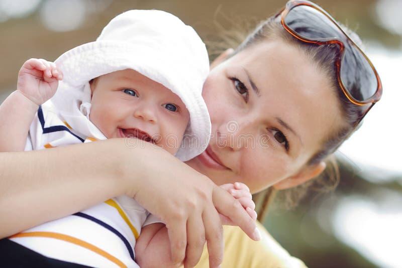 Uśmiechnięty dziecko na matki ręce fotografia royalty free