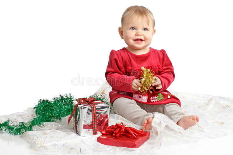 Uśmiechnięty dziecko w czerwonych aksamitów smokingowych i wakacyjnych prezentach zdjęcia stock