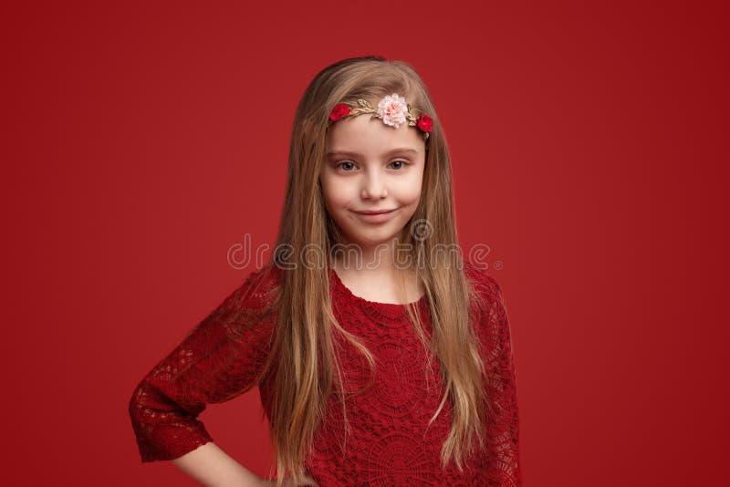 Uśmiechnięty dziecko w kwiatu wianku obraz stock