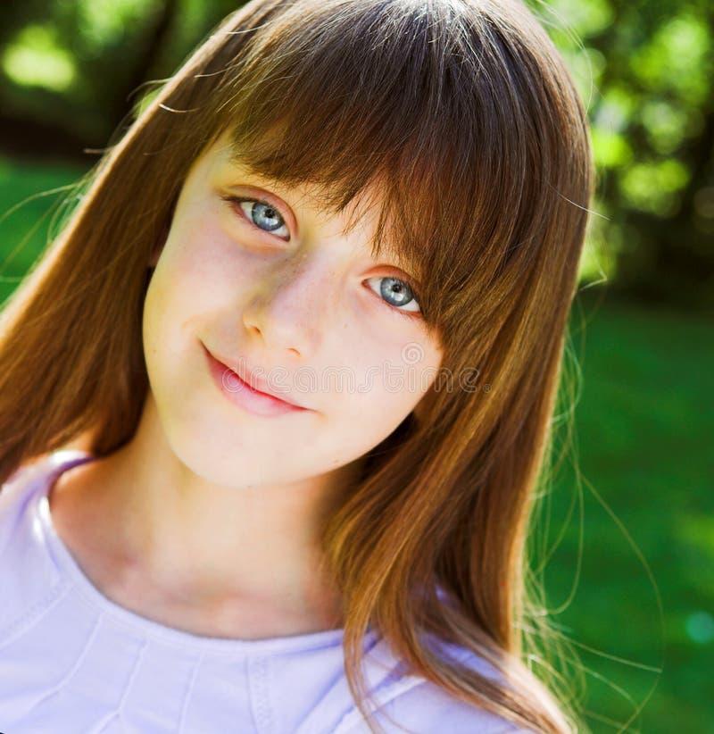 Uśmiechnięty dziewczyny lata portret fotografia stock