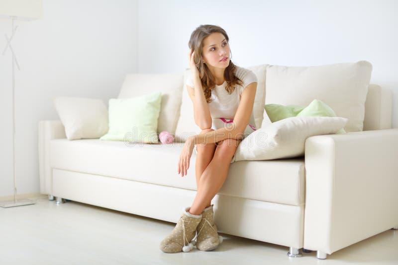 Download Uśmiechnięty Dziewczyny Obsiadanie Na Kanapie Obraz Stock - Obraz złożonej z pulower, nastoletni: 28950601