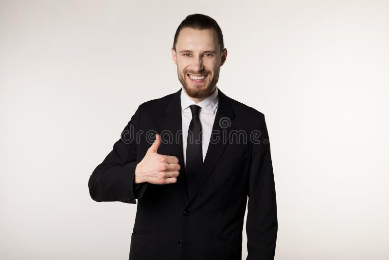 Uśmiechnięty elegancki biznesmen z brodą w czarnym krawacie i kostiumu zdjęcie stock