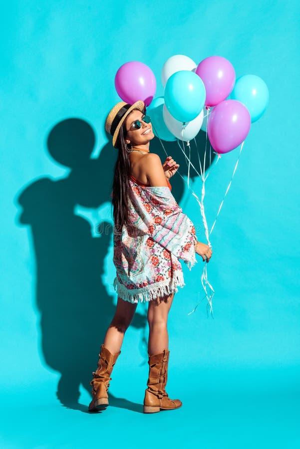 Uśmiechnięty elegancki hipis dziewczyny mienie obrazy stock