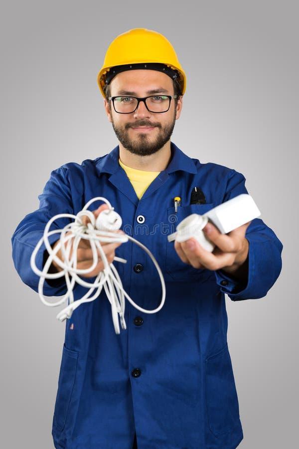 Uśmiechnięty elektryk z narzędziami w rękach obraz stock