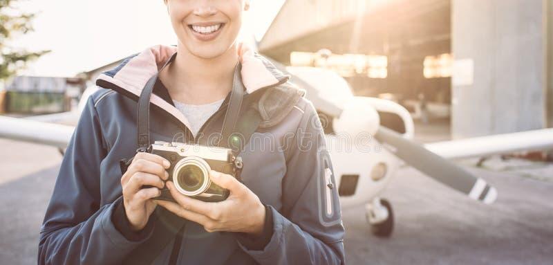 Uśmiechnięty fotograf przy lotniskiem zdjęcia royalty free