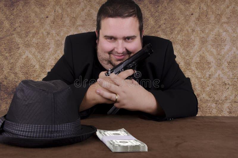 Uśmiechnięty gangsterski mienie pistolecik obrazy stock