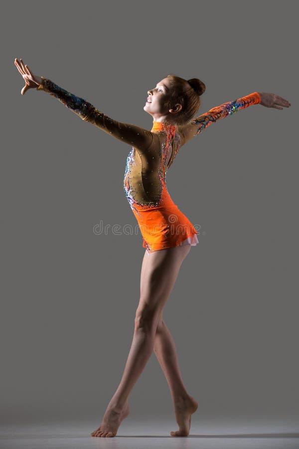 Uśmiechnięty gimnastyczki dziewczyny taniec fotografia royalty free