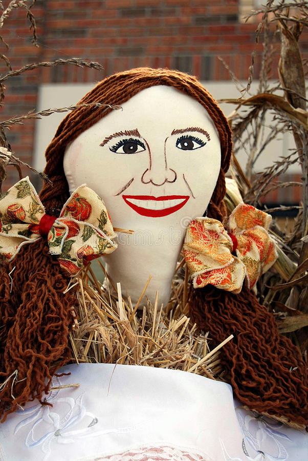 Uśmiechnięty jesieni dziewczyny strach na wróble obrazy royalty free