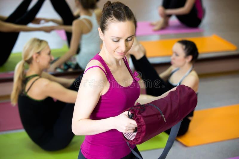 Uśmiechnięty jog dziewczyny joga maty w gym rozwój obraz stock