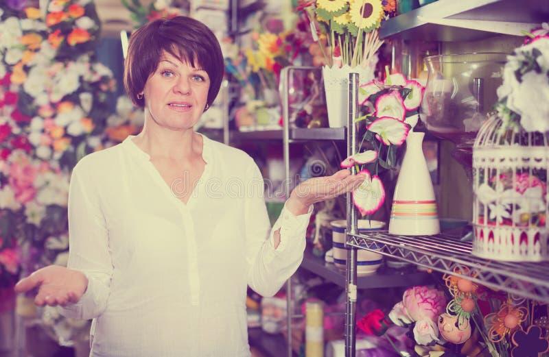 Uśmiechnięty kobieta klient decyduje na różnorodnych roślinach fotografia stock
