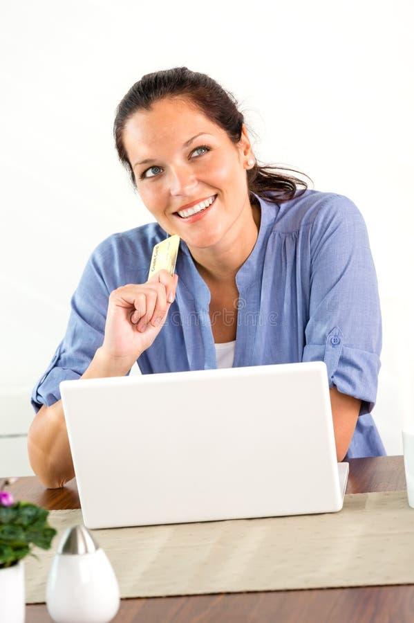 Uśmiechnięty kobieta zakupy interneta dom finansuje bankowość fotografia stock