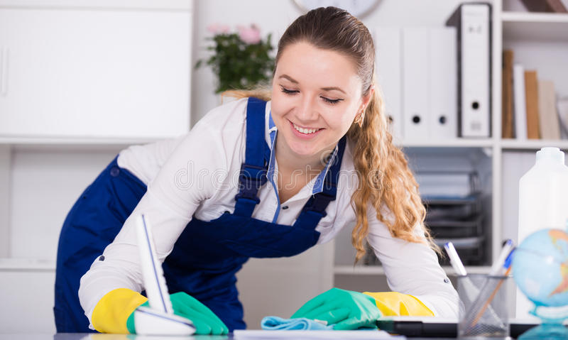 Uśmiechnięty kobiety cleaning pokój zdjęcie stock