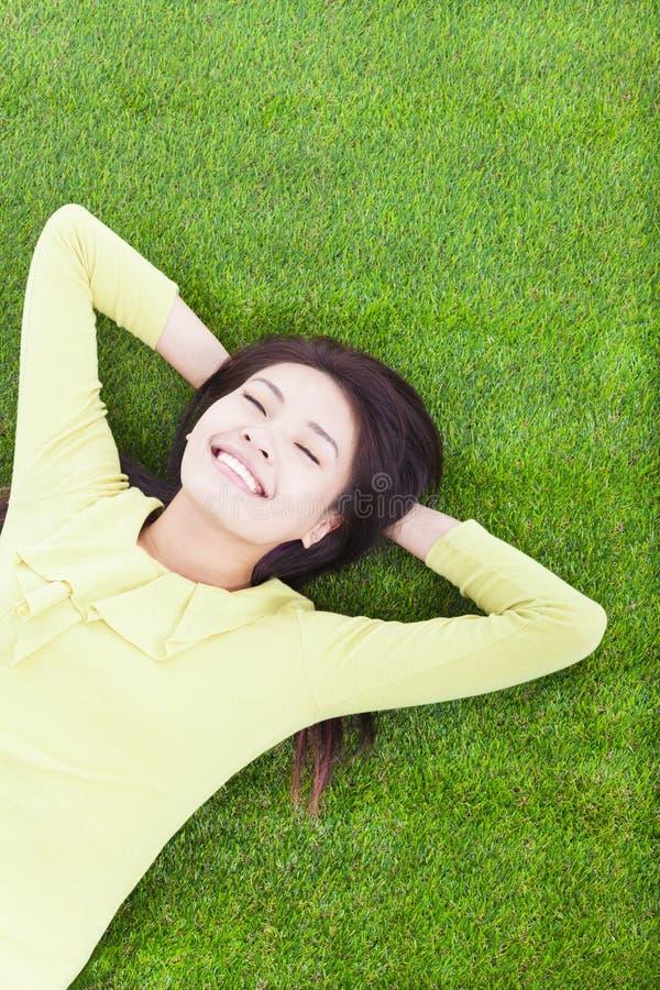 Uśmiechnięty kobiety lying on the beach na obszarze trawiastym zdjęcie royalty free