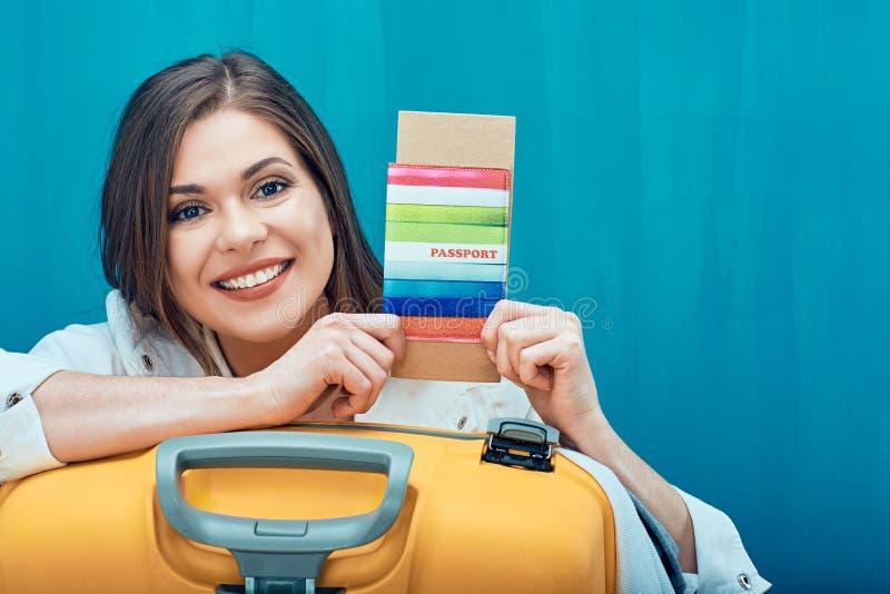 Uśmiechnięty kobiety mienia paszport z biletem zdjęcia stock