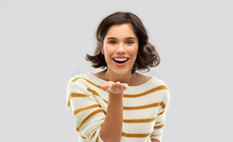 Uśmiechnięty kobiety mienie coś na pustej palmie fotografia stock