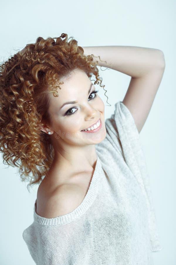 Uśmiechnięty kobiety mody model z Blond Kędzierzawym włosy i Świeżym Dail obraz stock