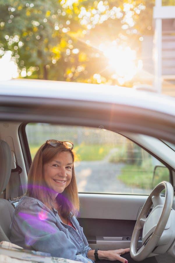 Uśmiechnięty kobiety obsiadanie w samochodowym przygotowywającym opuszczać na wycieczce samochodowej zdjęcie royalty free
