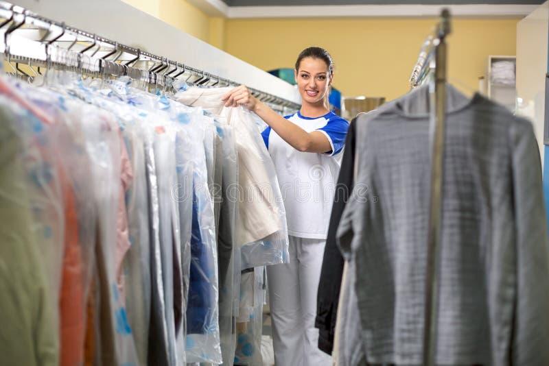 Uśmiechnięty kobiety obwieszenie odziewa zdjęcia stock