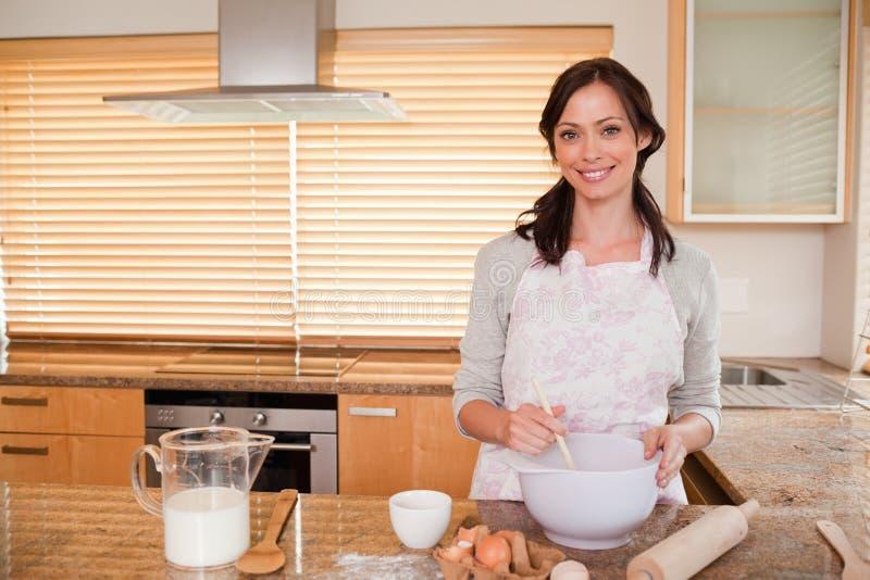Uśmiechnięty kobiety pieczenie zdjęcie stock