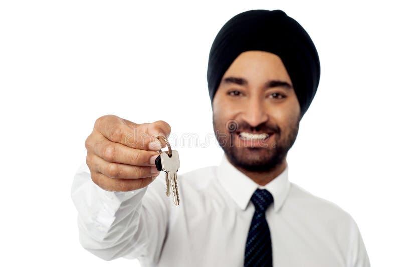 Uśmiechnięty korporacyjny facet trzyma domowego klucz obraz stock