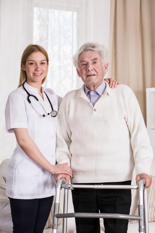 Uśmiechnięty lekarz i starszy mężczyzna zdjęcie royalty free