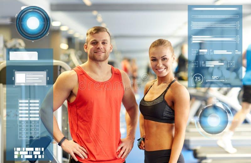 Uśmiechnięty mężczyzna i kobieta w gym zdjęcia royalty free