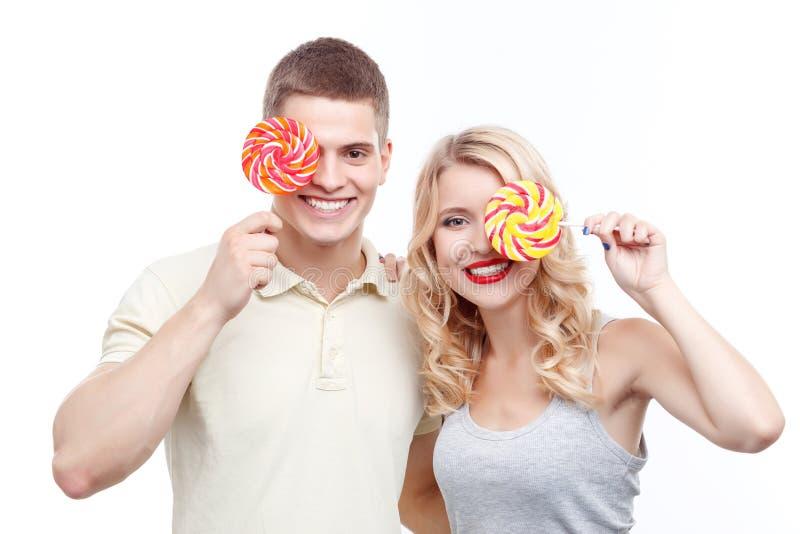 Uśmiechnięty mężczyzna i kobieta z cukierkami zdjęcia stock