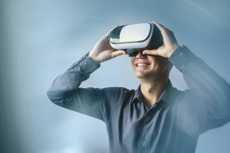 Uśmiechnięty mężczyzna jest ubranym rzeczywistości wirtualnej słuchawki fotografia royalty free