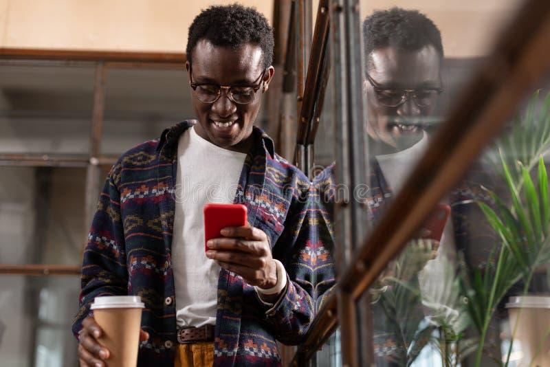 Uśmiechnięty mężczyzna koncentrujący na jego texting rozmowie zdjęcia royalty free