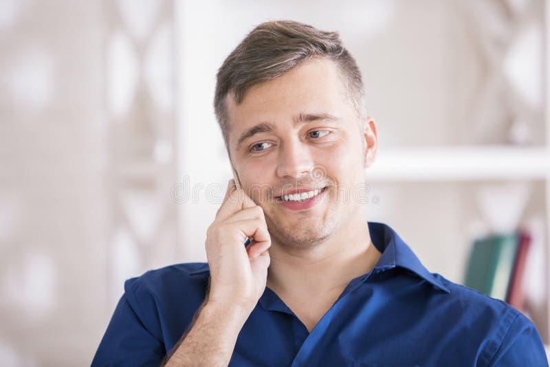 Uśmiechnięty mężczyzna opowiada na telefonie fotografia royalty free