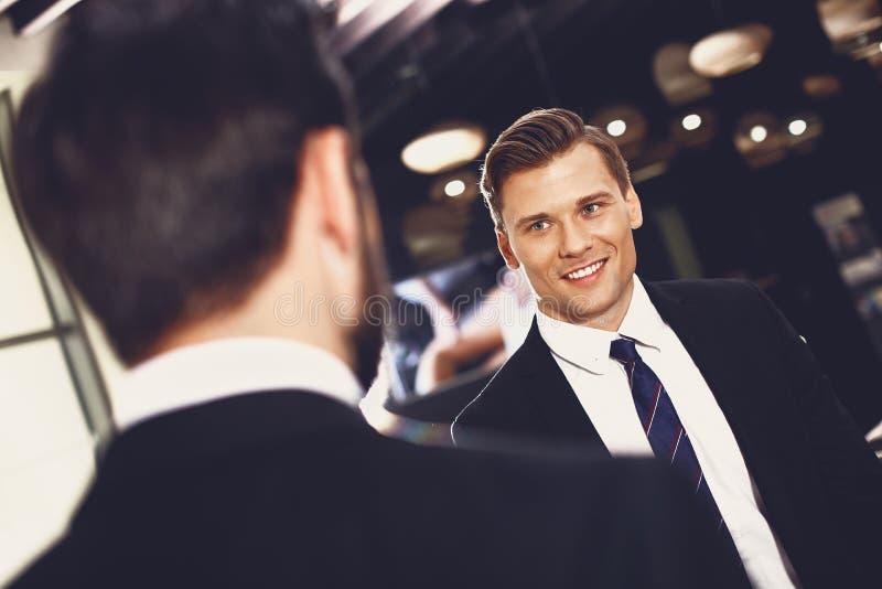 UÅ›miechniÄ™ty mężczyzna patrzÄ…c na swojego dobrego przyjaciela zdjęcia royalty free